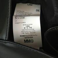 これは本物で間違いないでしょうか? マルジェラ然りMM6然り、原産国はイタリアだと思っていましたが、中国製のものもあるんですか? また、上部の UNI EA[ にはどんな意味がありますか?