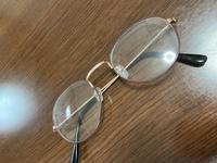 買い物中に友達にあったら… 私普段1人で買い物する時とか可愛いしオシャレなので伊達の丸メガネをつけてるんですよ でも学校がある時にはメガネなしの裸眼なので近くのイオンとかコンビニとか 行く時にメガネかけてたらどう思いますか? こんなんです