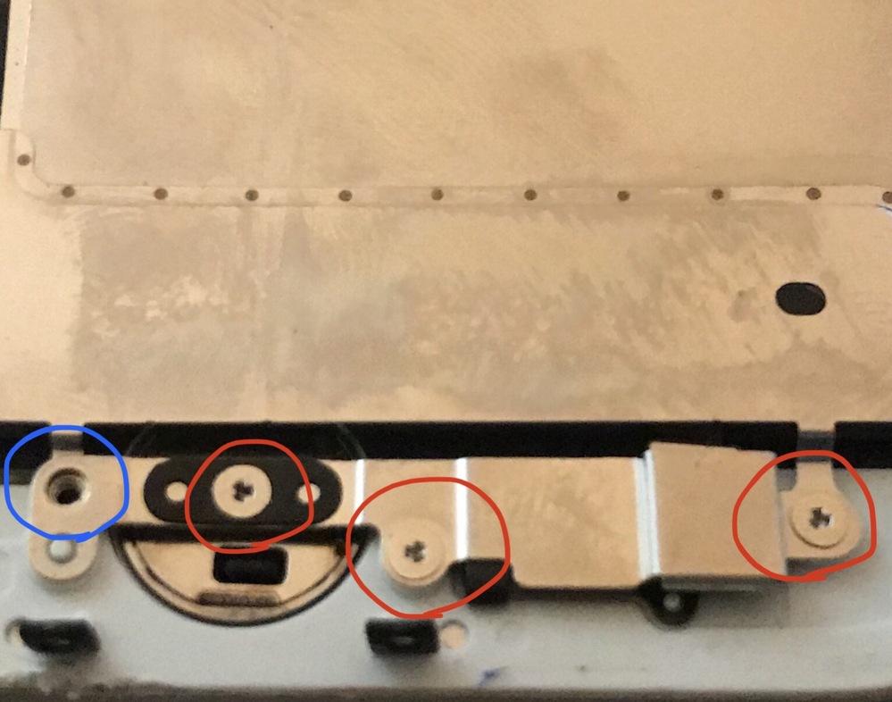 【至急】iPhone7の画面交換をしています 青丸は取れましたが、残り三つの赤マルがどうしても外れません… どうしたらいいですか? Yのネジです。 輪ゴムは試しましたがネジが小さい ので上手く行きませんでした。 ネジを外す為の油(?)のようなものはすぐには調達できません。 知恵をお貸しください