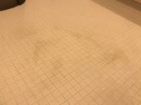 浴室の床をメラミンスポンジで擦ったら…。 よろしくお願い致します。浴室の床が皮脂汚れや湯垢でうっすら茶色くなっていた場所があったので、重曹+クエン酸をかけてメラミンスポンジで擦り掃 除をしました。 その後は真っ白綺麗な床になって喜んでいたのてすが、夜お風呂に入り、次の日になったらこのようなシミのような汚れが(泣) メラミンスポンジで浴室の床を擦ってはいけないと先程ネットで調べて知りまし...