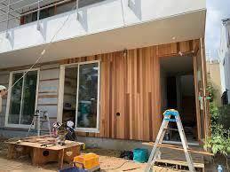 一戸建て住宅の設計に詳しい方にお伺いしたいのですが、良く注文住宅などの施工事例で見かける外壁面のレッドシダー張りですが、 インターネット上で、メーカー品がなかなか見つけられず、、、みなさんどちらの商品を使われているのでしょうか? 朝日ウッドテックの壁材でレッドシダーがありますが、あれは内部の壁面仕上げだと思ってます。 詳しい方ご教授下さい。お願いいたします。 ちなみにインナー型の玄関ポーチ上...