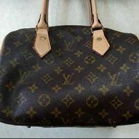 このバッグはシリアルナンバーありますか? 付属品無し、バッグのみ出品なのですが 偽物か本物なのか保証がない為、購入迷ってます。 どこを見れば本物かわかりますか?