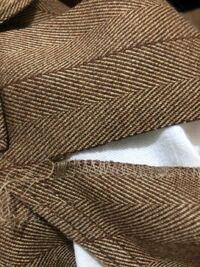 この裂け目をかがり縫いを延長させていい感じに処理をしたいのですがどうすればいいでしょうか? 三本糸一針ロックと家庭用ミシンがあります。 アイデアがある方お願いします!