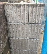 外構ブロックの隙間について  先日、外構業者にブロックを積んでいただいたのですが、上から一段目と二段目のブロックの縦の隙間が開いていて気になりました。 また、1段目のブロックの左端 のブロックの欠け...