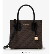 このバッグは安っぽく見えますか? MICHAEL KORS(マイケルコース)のバッグで今はセールで安くなってますが、元々は4万5千円するバッグです。 20代半ばの女性が持つにはMKのロゴが沢山入ってい ますし、安っぽく見えますかね?個人的には一目惚れだったのですが…… あと、マイケルコースのバッグ等は作りはいいですか?