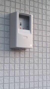 電気メーターのボックスについて 新築建設中で、電気メーターのボックスが写真のようになっています。雨などの吹き込みは大丈夫なのでしょうか。 場所も相談無しに付けられてたので、カバーなどが付いてたのかもわかりません。担当者に連絡を取りたいのですが、なかなか連絡がつきません。しかも軽い感じの方なので、たぶん「大丈夫ですよ〜」という返事で終わりそうです。  もしこのままだと不備がある場合、その対策な...