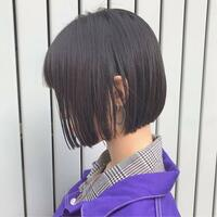 ボブ 縮毛矯正    中学生女子です。私は昔から癖毛で、髪質に悩んできました。そこで縮毛矯正をかけようと思っているのですが、画像のようなボブにすることは可能でしょうか?   最近、 梅雨や汗のせいで...