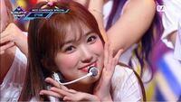 矢吹奈子ちゃんってせっかく可愛いのに韓国メイクあまり似合ってなくないですか? この画像(Prettyの時)のように、目元のメイクは薄くて頬はピンクのチークを強調したメイクだとめちゃくちゃ可愛くて似合ってまし...