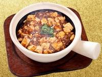 日本では辛い四川式麻婆豆腐ですら、本場中国人から見れば辛みが足りないのですか? 自分は麻婆豆腐が大好きです、特に花椒と唐辛子の効いた四川式麻婆豆腐が。  ですが、この画像のような、日本ではかなり辛めの四川式麻婆豆腐ですら、本場の中国人たちから見れば、まだまだ辛みが足りないと感じると聞きました。 それだけ中国人は唐辛子などの辛さを重視しているし慣れていると。  どうなのでしょう、これっ...