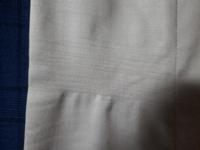 スラックス ふくらはぎ部分の擦れの理由 仕事用のスーツのパンツやスラックスを履き始めて数ヶ月すると、いつもふくらはぎ部分に擦れたような横線が入ります。どのスラックスでも発生します(デニムやチノパンでは...