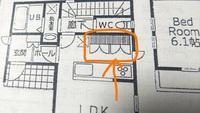 間取り図の見方をご存知の方がいらっしゃったら教えてください。 画像のオレンジ部分は、吊り戸棚ということでしょうか? 縦線の示す意味が、調べても出てこず困っています。