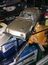 なんという車かわかる方いますか?  ミニカーなのでわかりづらいと思いますm(_ _)m 古い外車です