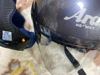 ヘルメットがきつい 原付二種を乗ってます 遠出のときは画像のヘルメットを使っています (アライ ヘルメット t8133かな) 近場は簡易的なものを使ってます 付属のパッドでIII-7mm standard fit for L size と書いてあるのですが、こめかみがめちゃくちゃ痛いです。 パーツで言えば多分これです。↓アライ(ARAI) ヘルメットパーツ 5687 RX-7X...