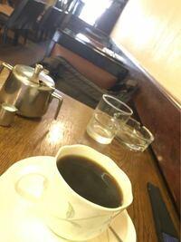"""去年の夏神戸に旅行した時にふらっと入った喫茶店の写真なんですけどお店の名前とかどこの近くとかわかる人いたら教えてください‼︎ 三ノ宮近辺だったと思います。アーケード街にあるお店で、メニュー表が室内には無くて入口の看板にハムサンドとかメニューが書いてありました。 この喫茶店から徒歩20分圏内に""""鉄道忘れ物市""""という鉄道内に忘れられたジャニーズのグッズなどが販売された店があり..."""