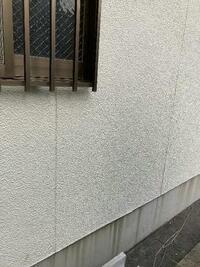 外壁がサイディングボードの築23年の家についてです。 最近の暴風雨で窓のサッシ周りと玄関の靴を脱ぐところ(タイル部分)に雨漏りが発生したため、屋根・外壁の塗りかえ(2回目)をすることにして今、業者と...