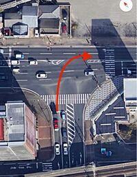 ロードバイク初心者で、車の免許も持ってません。 画像のような道を右へ曲がりたい時、どうやって二段階右折しますか?