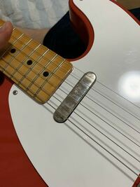 テレキャスタータイプのギターについて質問です。 私の所持しているFender Mexico のテレキャスのフロントピックアップに写真のような汚れがあります。指紋かと思い拭いてみましたがとれません。この汚れの正体と...