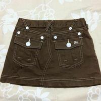 ミニスカートを購入しました。 高校生です。このミニスカートはサイドでチャックを閉めるので、前後兼用のようです。 裏はポケットもなく、なにもありません。  このスカートはポケットが前か後ろどちらに向けた...