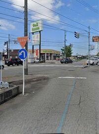 運転についてです。 この止まれマークと大幅に回れマークに車がいたとします。  この時、信号は関係なく、止まった後大幅に回ればいいのでしょうか?  それとも、車道側の信号を見なければならないのでしょうか?