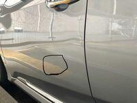 板金塗装のことで質問です。 数ヶ月前に車の側面をポールに擦ってしまい、 前後ドアのパネルを凹ませてしまいました。 ディーラーに持ってったところ結構広範囲だっため 交換対応で30万円かかると言われ、もっと...