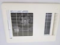 浴室の天井換気扇を掃除したいです。 カバーが外れません。これは外せないのでしょうか?