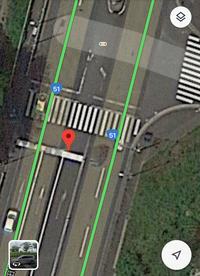 T字路、矢印信号有り、片側三車線、二車線の計五車線との道路 上記で原付を走行中に→信号で右折してはいけないと思いますが、どこで待機しているのが適切なのでしょうか? 左レーンにいても曲 がる時に危ないで...