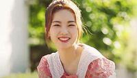 NiziUの新井あやかちゃんは、韓国の血が混ざっているのですか?顔つきも、言われれば何となく韓国人系にも見える気がします。(日本人も韓国人と顔つきあまり変わらないのですが。) 実際の所どうなんでしょうか?