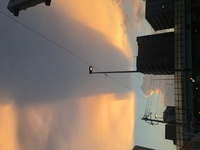 こんにちは。  空を見たら、雲が不思議な形(引きずられたような)になっていたのですが、これはどのような状況なのでしょうか?  雲の名前など、わかる方がいましたら教えてください!