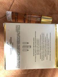 CHANELの香水について 先日メルカリにてCHANELの香水を購入したのですが 裏に日本語のシールが貼られてないのですが 偽物だったりするのでしょうか? 他の人の写真を見ると箱には日本語のシール リフィルにはリフ...