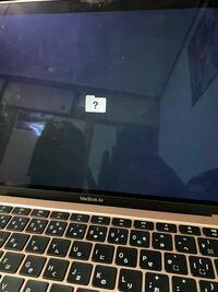 パソコン詳しい人助けてください!! MacBookが写真のようになってしまって何しても動きません、どうすればいいですか?