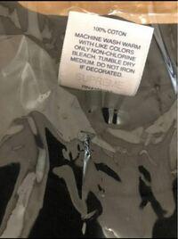 メルカリでシュプリームの20SSのTシャツをオンラインの納品書と全タグ付きで購入しました。届いた商品のタグ透かしが濃い気がします。納品書は本物のようですが… 商品は偽物でしょうか? 裾の縫い目も、縫い終わ...