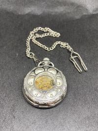 ウォルサム、懐中時計のことで教えて下さい。 祖父の懐中時計ですが、何年頃の物かわかりますでしょうか?知識がないので、銀?シルバー?なども分かりません。 お詳しい方がいらっしゃいまし たら、教えて頂き...