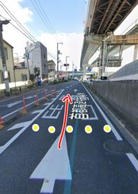 問A この場所で赤い矢印のように進む場合、合図はどちらに出しますか?  ①左合流だから左合図 ②右折だから右合図 ③その他  問B この場所は以前一時停止の標識と停止線がありました(図中黄色い点あたりに停止線)  ...