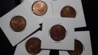 コイン(銅貨)の保存方法について コインのコレクターさんに質問です。  10円青銅貨の完未品を保存する際、ホルダーに入れたあと、テープなどで周り を塞ぐべきでしょうか?  テープは時間がたつと変色し見栄えが...