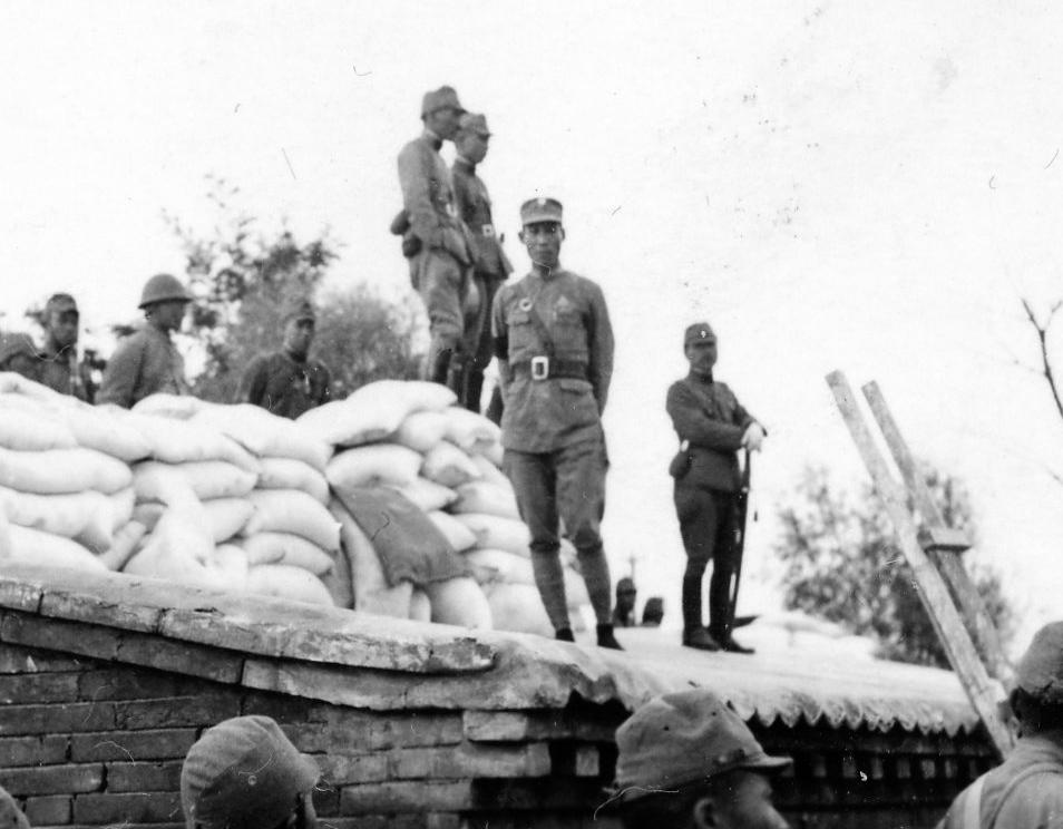日中戦争写真 支那駐屯歩兵第一聯隊第三大隊に所属していた祖父のアルバムの写真です。 盧溝橋事件前後の写真だとおもいます。 写真中央にいる軍人は中国の軍人ですか? この方の名前がわかる方いませんか。