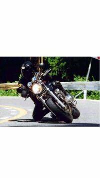 このバイクは何キロぐらいの速度で曲がっていると思いますか?