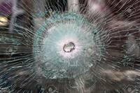 軍人や狙撃手は、防弾ガラスかどうかを事前に見分けられるのですか? どこかで、訓練された軍人や傭兵や狙撃手は、遠目からでも普通のガラスか防弾ガラスかを見分けられることができる。  それが出来るかどうか...