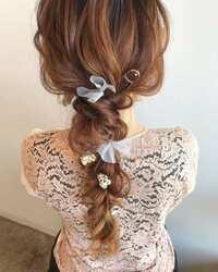 美容院でのヘアセットについて。  こういう髪型をお願いしたい時は、ヘアアクセサリーを持参して イメージ画像をお見せすればよろしいのでしょうか。 その他、必要なことはありますか?友人 の結婚式に出席する際の髪型です。