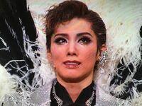 彩風咲奈さんはなぜこんなに泣いているんですか? 退団公演ですか?まだまだ未練があるんですねT_T 契約切りですか?かわいそう。