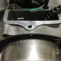 APE100のエンジン修理を現在行っています。 フライホイールの合わせマークについての質問です。 お助けください。 現在シリンダーまで取り外しピストンが露出しているところまで作業を進めています。 フライホイールのTマークとクランクケース側の合わせマークが合いません。 フライホイール側に触れていない状態でこの状況は、 まず異常な状態だということで間違い無いでしょうか?  もしその...