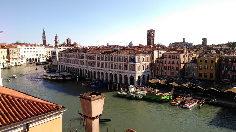 ヴェネツィアのホテルについて。 ヴェネツィア本島で、安くて良い眺めの堪能できる、できれば朝食も 豪華なホテルをご存知の方、いらっしゃいますか? ひと昔前、フォスカリパレスというホテルに泊まりま...