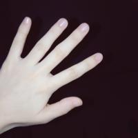 爪の形、変ですか? 自分では爪の形が他の人のよく見る爪とはちょっと違うなとは思います。ネイルができない(というか似合わない)し、ずっときれいな爪の形をしている人が羨ましく思っていますがコンプレックスとかいうほど気にしてはいません。 ですが今日会社で 「えーなんかふと見たんやけど爪ちっちゃー!!(自分の爪を見せながら)ほら全然違うーいやーんかーわーい!」 と言うようなことを言われました。私には...