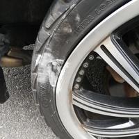 タイヤの側面を縁石で擦ってしまいました。 これは交換必要でしょうか。