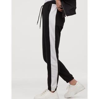 中学生男子です。このラインパンツの上にはなにを着るのが無難ですか??