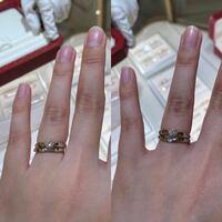 婚約指輪と結婚指輪の重ね付けについて、悩んでいます。 婚約指輪にティファニーハーモニーの1粒ダイヤのリングをいただきました。  結婚指輪をいろいろ試着していて、Cartierの3粒ダイヤのバレリーナリングが形がかわいくてリバーシブルで使えるところが気に入ったのですが、婚約指輪と重ね付けしたところ、シンプルなプラチナリング同士なので組み合わせがおかしくないか不安になりました。  (エタニティや...