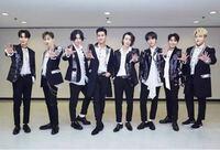 K-POPのアイドルグループが手のひらを正面に向けて写っている写真をよく見るのですが、手のひらを正面に向けるポーズにはどういう意味があるのですか? 韓国の伝統的なポーズかなにかでしょうか。