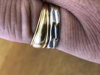 みんなさんは指輪はしてますか?結婚指輪、婚約指輪、ファッション指輪とか これは自分のです。