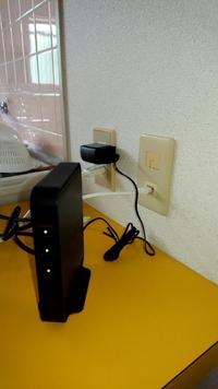 ネットに無知の者です。 先日、ネット使い放題の物件に引っ越しました。写真のように繋ぎスマホのWi-Fi設定?を行い使ってました。 が、今朝から繋がらなくなりました。 ログインをしてくださいと出るのですが何...