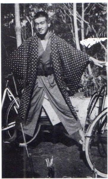 昔の写真で、この人のように着物の下に今では見かけない丈の襦袢を着ている人がいるのですが、何という種類のものでしょうか?