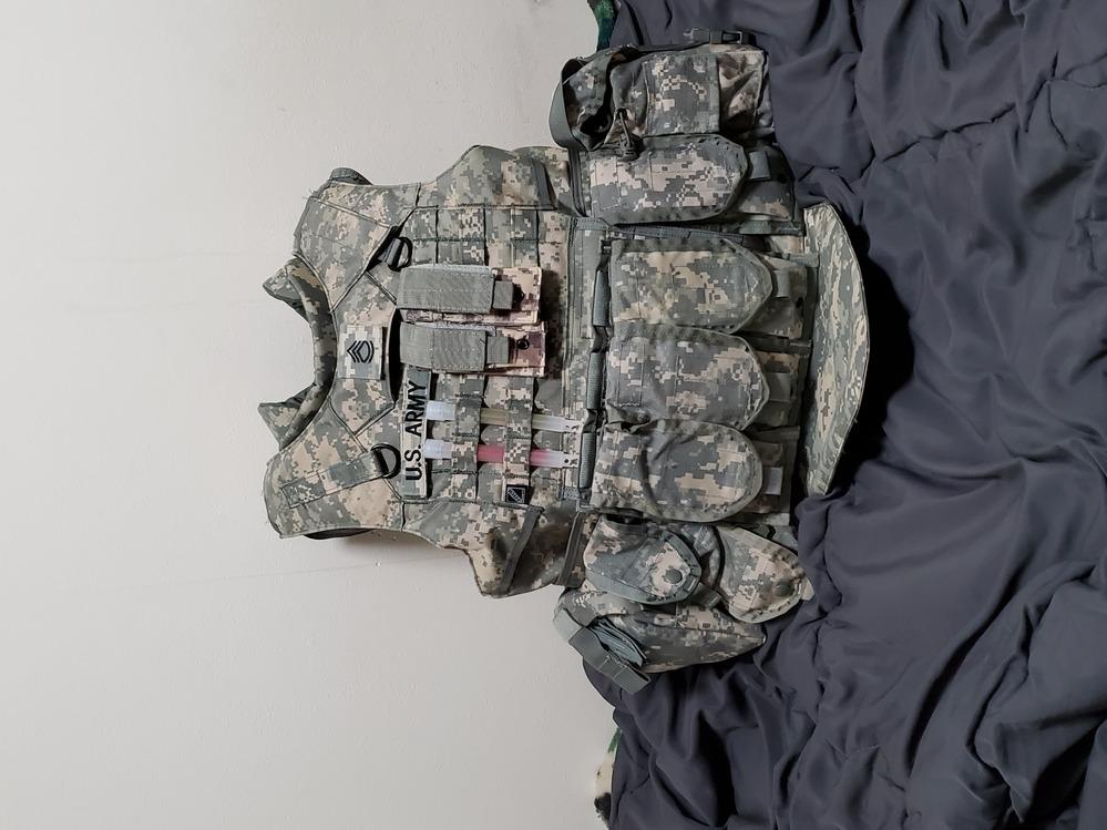 アメリカ陸軍の装備に詳しい方や持っている人に質問です ネットの写真やYouTubeで見てこんな感じかなと自分なりに調べポーチを着けました アメリカ陸軍一般兵の装備に見えるでしょうか 写真を見て何...